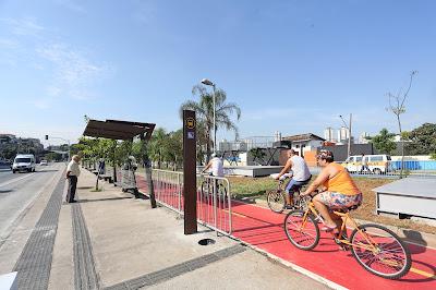 Ponto de ônibus no corredor da Inajar de Souza e ciclovia