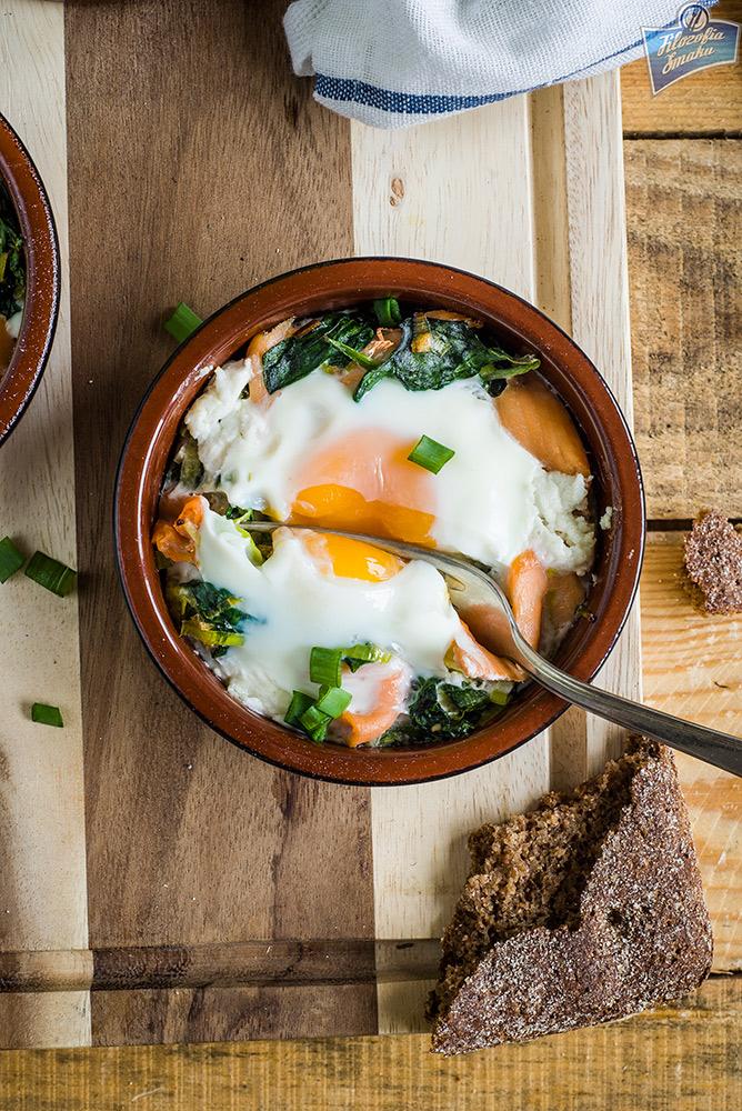 Jajka w kokilkach z łososiem