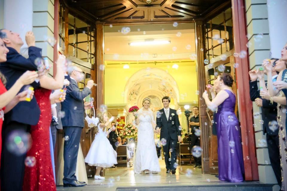 cerimonia-noivos-saida-noivos-bolhas-sabao