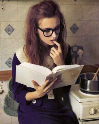 poses tumblr casuales con libros