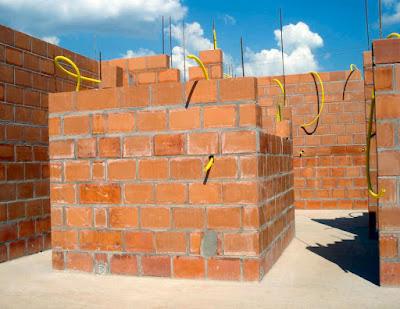 As paredes são de alvenaria estrutural composta por blocos cerâmicos perfurados.
