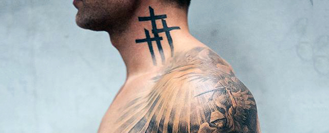 tatuaje en el cuello crucespara hombre