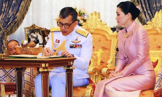 El rey de Tailandia se casacon su guardaespaldas y la convierte en reina