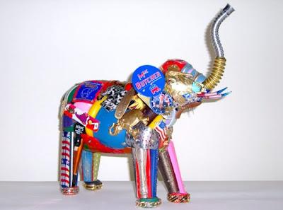 Escultura de Leo Sewell con materiales reciclados - Elefante