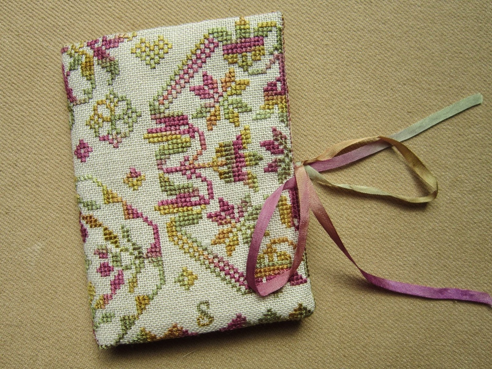 accesorios costura, bordado, punto cruz, broderie, stitching, point croix, cross stitch, funda tijeras, carterita agujas