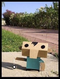 personaje hecho con cartón reciclado