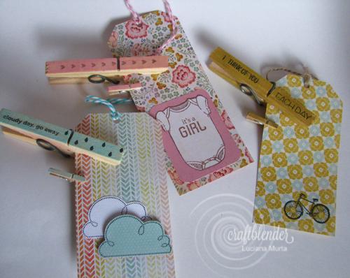 Tags artesanais e pregadores decorados com washi tape e carimbos.
