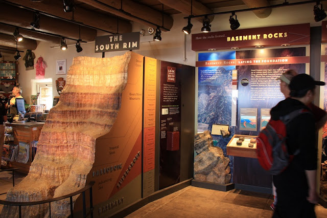 Yavapai Geology Museum com criança no Grand Canyon