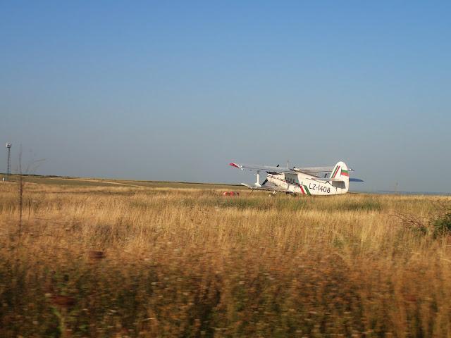 Samolot wśród bułgarskich pól