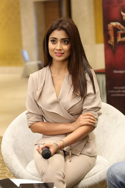 Shriya Saran in Cream Formals At Gautamiputra Satakarni Team Meet 18 (11)