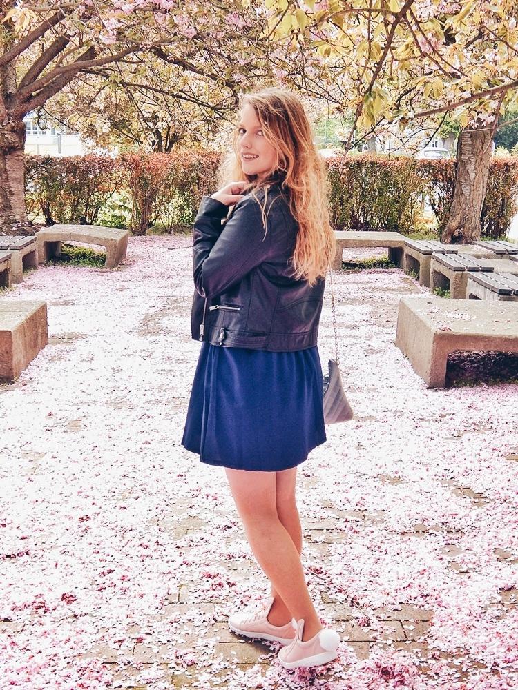 18 melodylaniella gamiss manzana różowe sneakersy króliczki granatowa sukienka skórzana ramoneska pikowana listonoszka szara manzana praga photoshoot sesja zdjęciowa fashion style modnapolka lookbook ootd girls