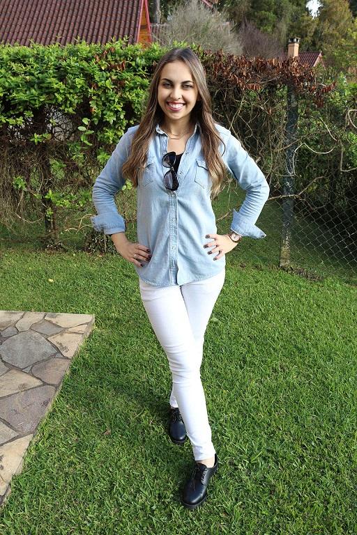 look camisa jeans e calça branca