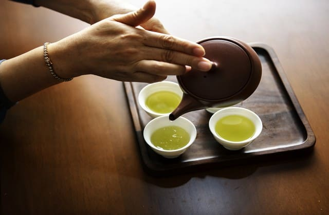 Minum green tea sebagai cara menghilangkan bekas jerawat merah