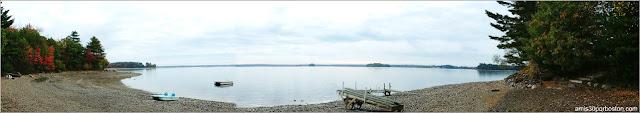 Lago frente a las cabañas cerca del Parque Nacional de Acadia, Maine