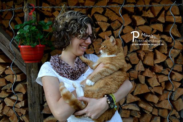 Katze Mimi auf dem Arm ihrer Zweibeinerin Betty