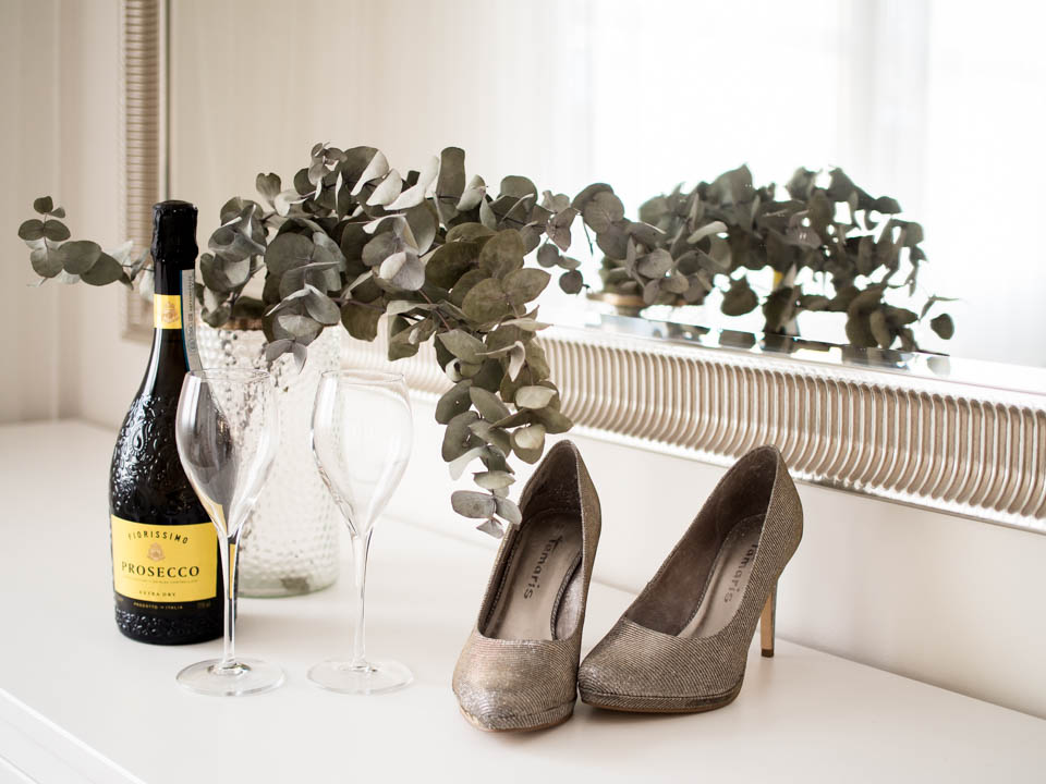 Prosecco bottle, glasses and high heels - Prosecco-pullo, lasit ja korkokengät