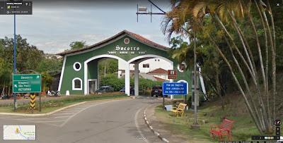 O ingresso no perímetro urbano de Socorro se dará pelo Portal Norte, de cor verde, que conduz à Avenida Quinze de Agosto, que passa diante da Prefeitura Municipal.