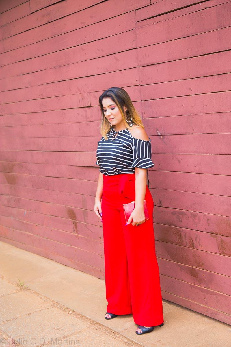 Look do dia: calça pantalona vermelha e camisa com listras