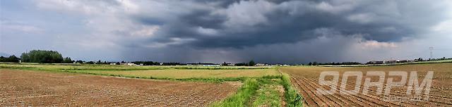 Panorama di un'escursione in bici tra campi e bubi temporalesco in arrivo