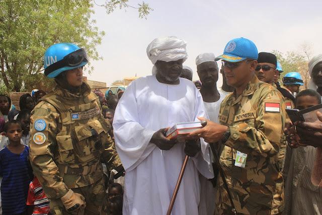 Pasukan Garuda Bantu Beras dan Al-Qur'an Masyarakat Lokal Darfur