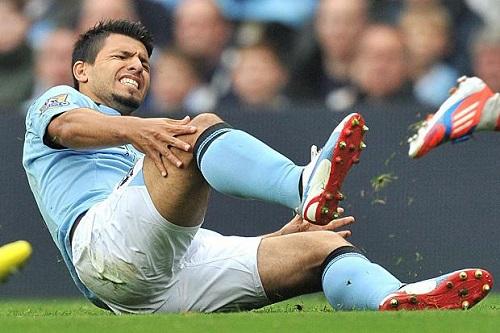 Aguero liên tục dính chấn thương và phải rời sân
