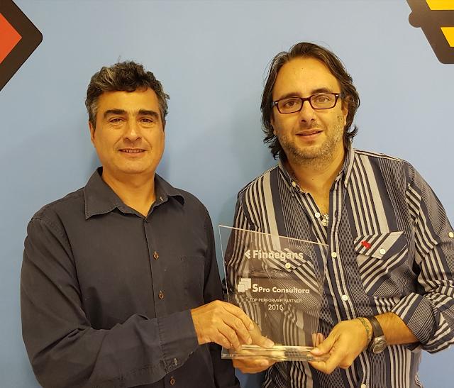 """Finnegans entrega el premio """"Top Performer Partner 2016"""" a Spro Consultora. Foto Blas Briceño, CEO de Finnegans, y Gustavo González, Socio de Spro Consultora"""