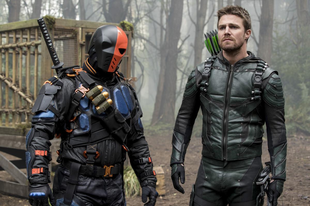 Stephen Amell y Manu Bennett en el último capítulo de la quinta temporada de Arrow