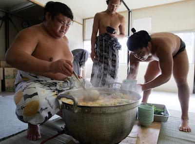 Luchadores de sumo cocinando chanko nabe