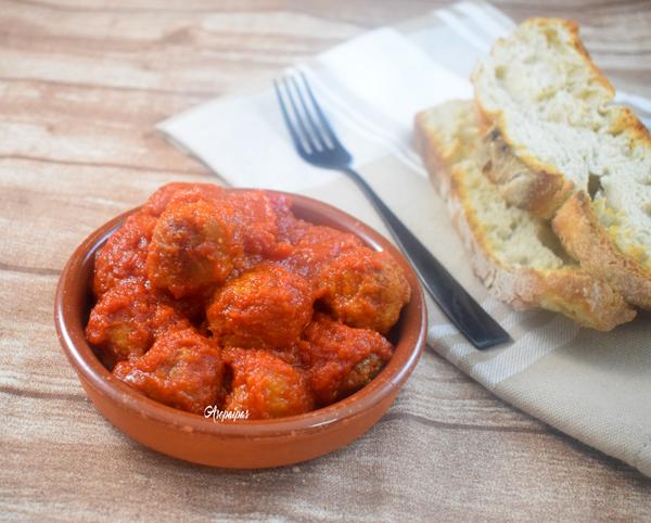 Albóndigas en Salsa de Tomate. Vídeo Receta