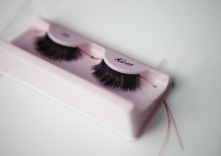 62b19245314 Each lash comes with a string attached to either side, which you hold as  you apply the lash - this is a really good concept, which allowed me to get  really ...