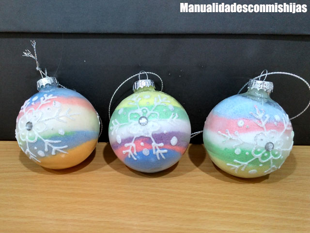 Bolas-navidenas-rellenas-de-sal-pintada