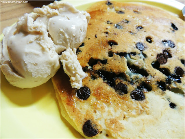 Tortita de Arándanos y Pepitas de Chocolate con Helado de Sirope de Arce y Nueces