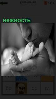 1100 слов мама целует ножки ребенка, проявляя нежность 28 уровень