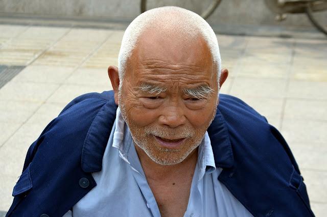 hombre de raza  amarilla o mongolico
