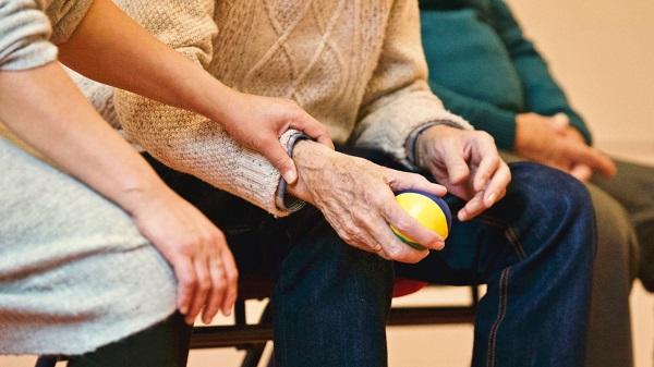 servicio de cuidador para adultos mayores