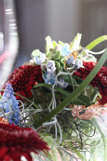 Tischblumen Winterhochzeit in den Bergen am Riessersee Hotel Garmisch-Partenkirchen in Bayern, Kupfer, Dunkelrot, Hellblau, Grau, Winter wedding abroad Bavaria in copper, ruby red, light blue