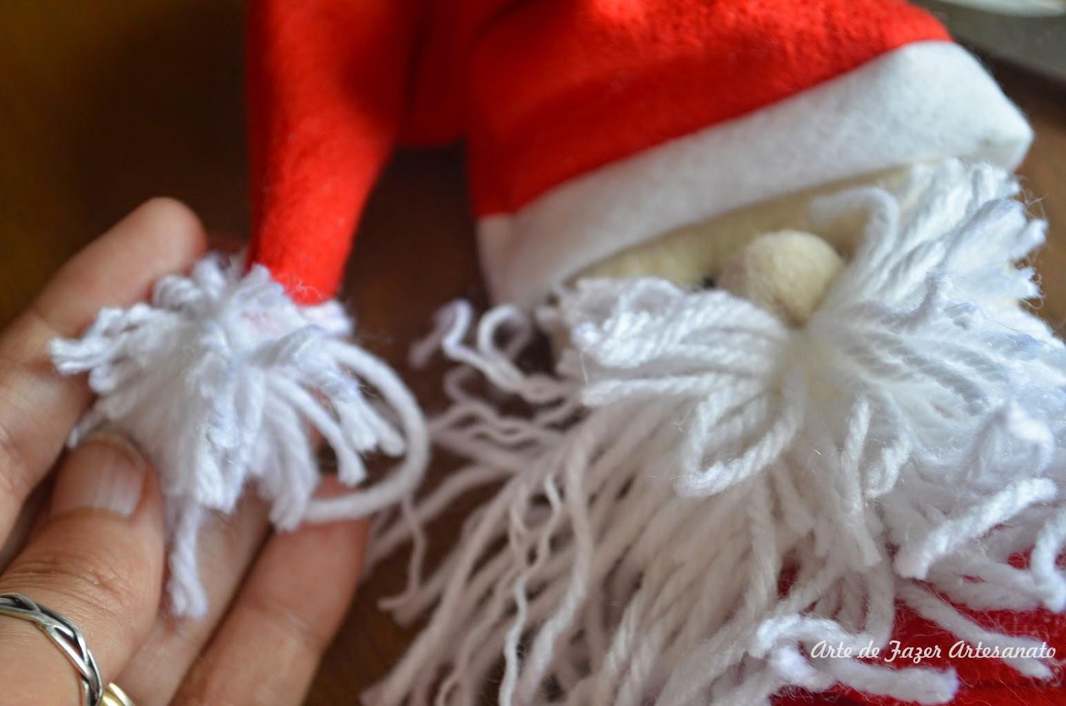 Faça o pompom da ponta da touca e dê retoques finais. Eu desfiei a lã da  barba ad037c2b3d9