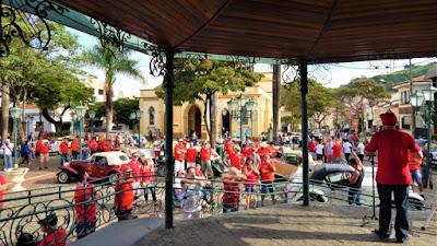 Walter Arruda, presidente do Clube MP Lafer Brasil, promove a bagunça no coreto da praça. Quando essa turma de camisas vermelhas se reúne em qualquer lugar, logo o trânsito fica parado. Por nobres motivos, obviamente.