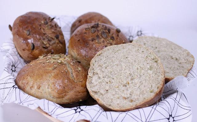 Bułki pszenne z pestkami dyni z dodatkiem mąki pełnoziarnistej