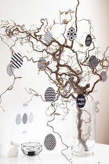 albero di pasqua con decorazione di uova stampate in bianco e nero