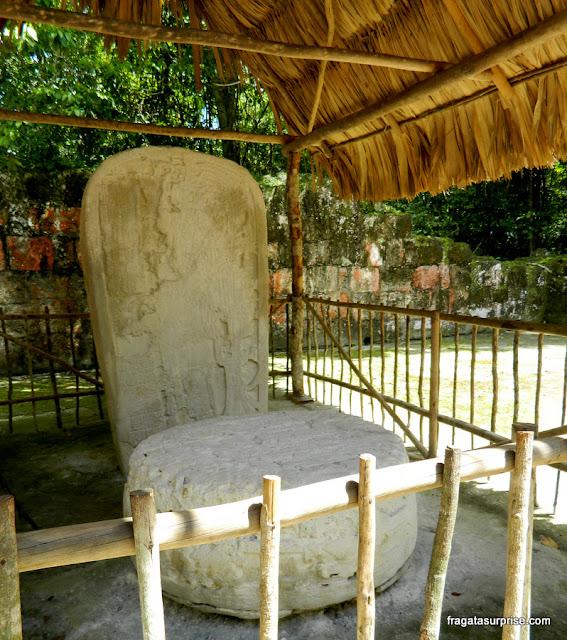 Estela de pedra com a imagem do rei Chitam na antiga cidade maia de Tikal, Guatemala