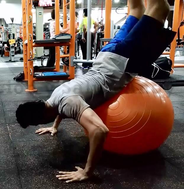 Extensión de cadera sobre fitball para ganar más fuerza y equilibrio