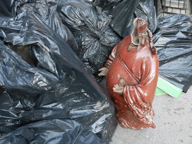 small broken sculpture standing on Rua das Estalagens