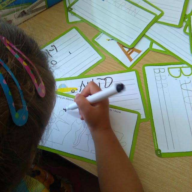 piszę zmazuję litery, samodzielna zabawa, samodzielna nauka, kapitan nauka, recenzja gry, testowanie, blogująca mama dwójki, gra dla 3 latka, gra dla 4 ltka, prezent dla dziecka, prezent na 3 urodziny, prezent na 4 urodziny, jak nauczyć dziecko pisać, porada, kiedy dziecko ma zacząć pisać