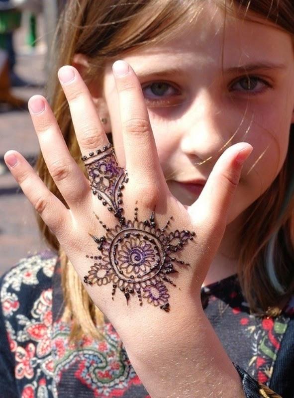 Anak perempuan cantik pakai inai di tangannya model simpel
