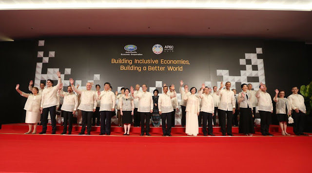 Image: APEC Leaders' Family Photo with Spouse prior to welcome dinner