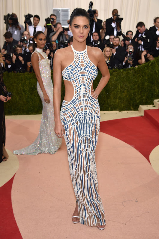 KENDALL JENNER IN VERSACE Met Gala Red Carpet Branco e Azul White and Blue