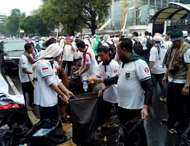 Aksi Bela Islam, Muhammadiyah Karanganyar Bagikan Logistik Gratis dan Saber Sampah
