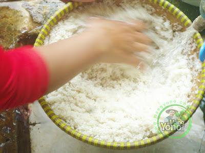 FOTO 3 : Cuci beras untuk di air mengalir