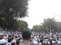 Subhanallah! Di Tengah Blokade, Massa Shalat Ashar Berjamaah